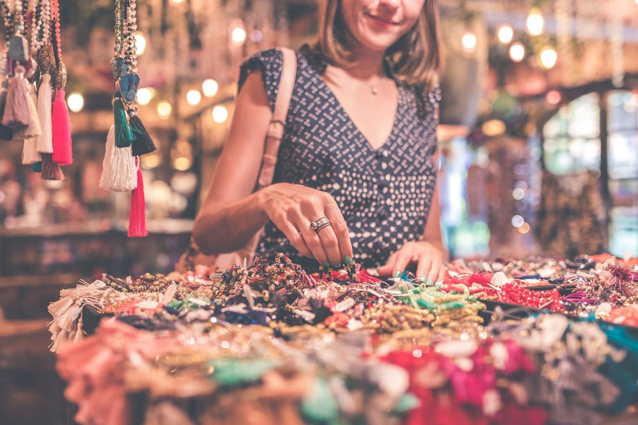 Kvinna letar bland smycken